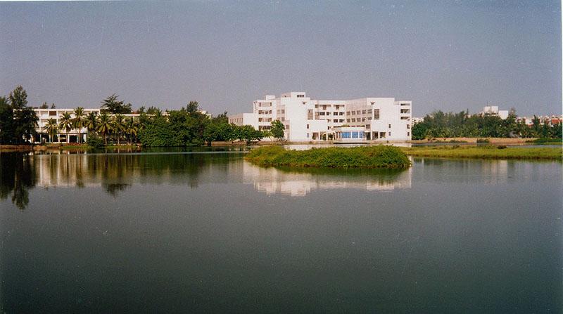 东坡湖畔的海南大学图书馆