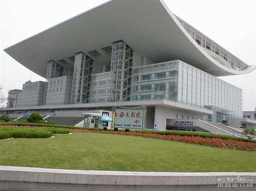 上海大剧院由法国夏邦杰建筑设计公司设计