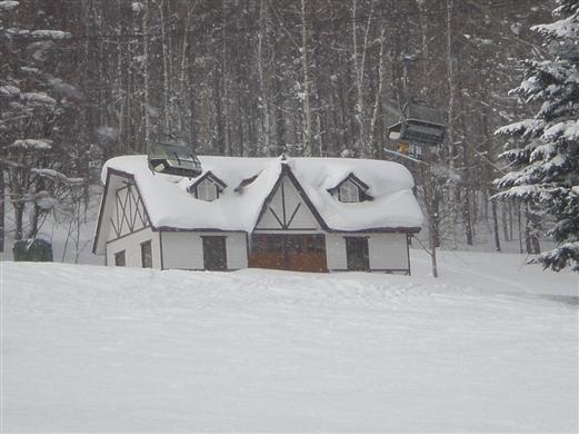 雪中小屋分外暖;