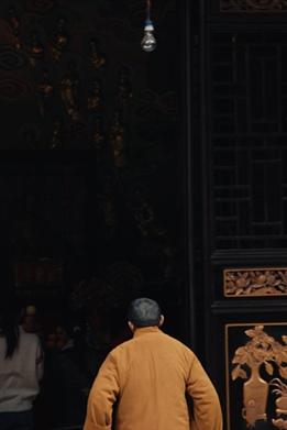 一个僧人背影