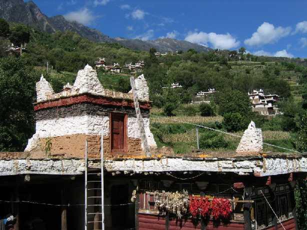 墙上贴着在不少山区藏民家中都能看到的毛主席像.图片