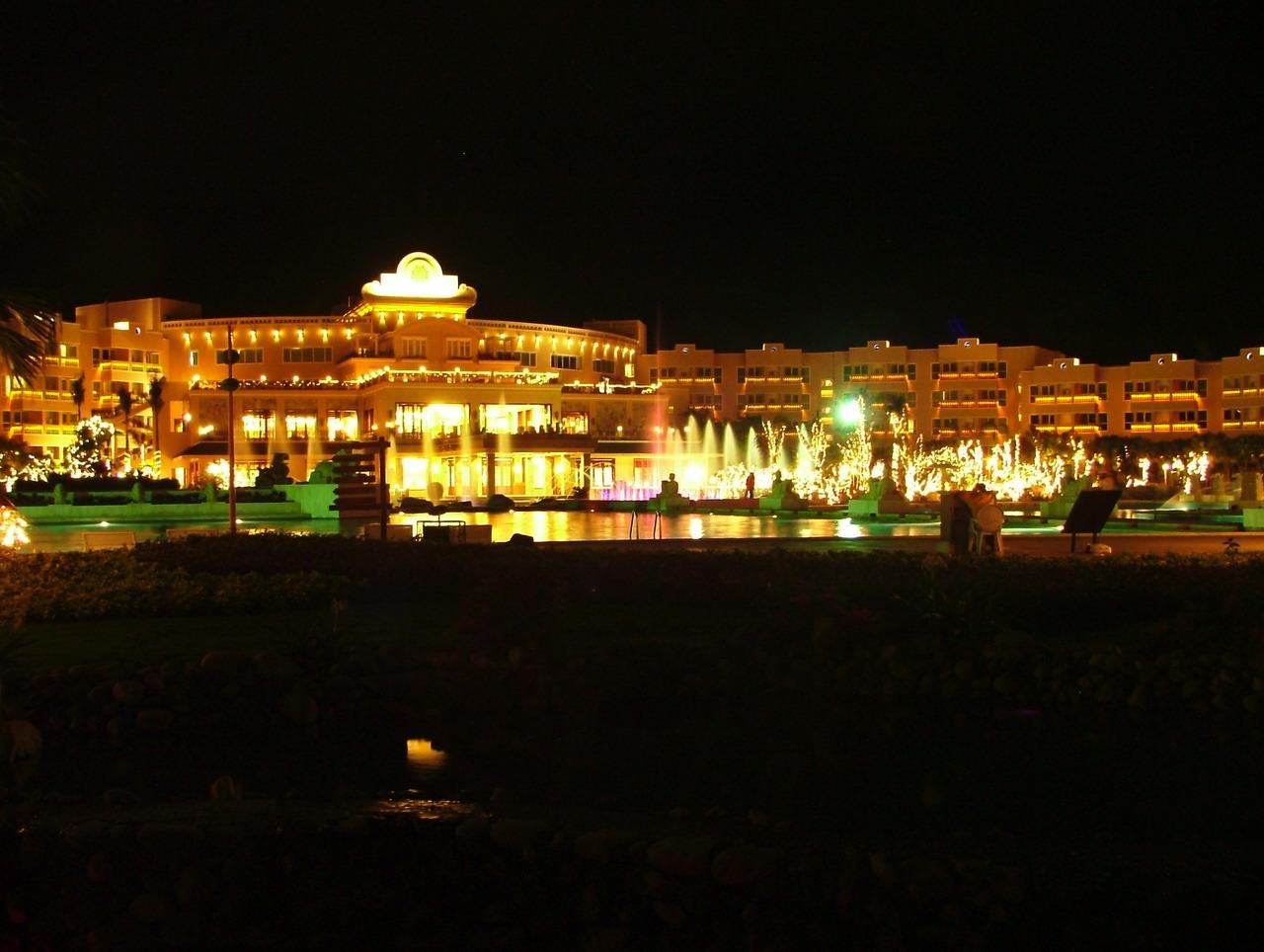 三亚/(从庭院看酒店的夜景)...