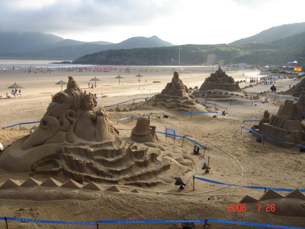 估计是用沙堆砌后,硬化,雕刻成的,据介绍,沙雕节已经成为了朱家尖的