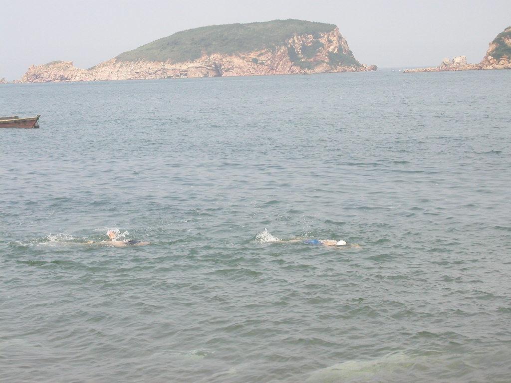 崆峒岛灯塔,高10米左右,为船舶进出黄,渤海的重要干线航标,并与烟台