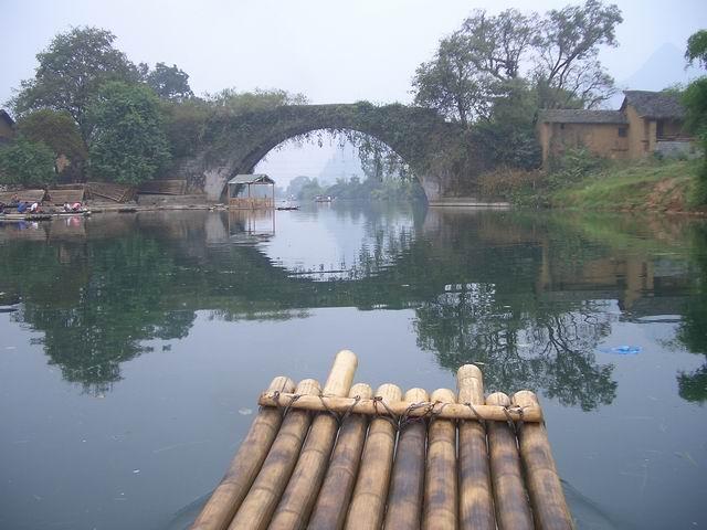 10月15日,8:30分出发,开车送我们去金龙桥,漂全程,不过没有骑自行车,据说骑车太累。遇龙河漂流一共经过28个堤坝,全程路线是从凤凰桥-富里桥-遇龙桥-八仙岩-双狮角逐-情侣山-归义古城(旧县)-仙桂桥-夏棠寨-朝阳码头-水车山庄-青蛙跃江-五指峰-骆驼过江-月亮山-潘庄-工农桥。由于现在遇龙桥码头开始收码头费,因此我们选择了下一个码头,也就是金龙桥。在那里认识了我们的筏工-封师傅,他非常敬业,最后我们留下了他的手机号码:13197638296。9:10分,我们坐上了竹筏出发,如果说漓江是大器的代表的