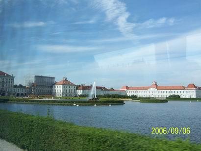 一路上仍然是典型的欧洲风情小屋散落在路的两旁,但越往慕尼黑方向