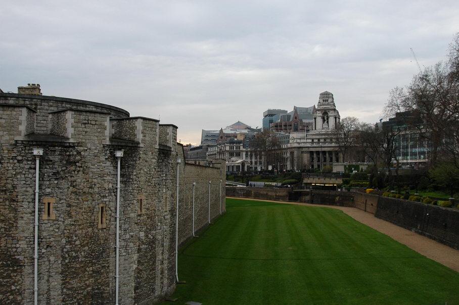 位于英国伦敦城市东南部、泰晤士河北岸的伦敦塔,其实它并不是一座塔,而是一座由很多个塔式建筑构成、有着千年历史的古堡。这里的每一座塔里,都装满了大英帝国的辉煌与沧桑。 伦敦塔的英文名是Tower of London,伦敦塔可称得上是英国的故宫。1078年,威廉一世时开始兴建,1097年威廉二世时建成。它最初的建筑旨意是用来防卫和控制伦敦的一座城堡,塔中最古老的建筑是位于城堡中心的诺曼底塔楼,它是整个建筑群的主体,也是英格兰最早的石制建筑,因其是用乳白色石块建成,故又称白塔,也称大塔或中央要塞。白塔高3层,