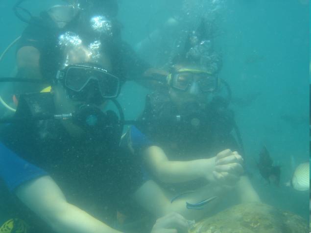 去年的1月份,我曾经在芭提芽潜水过一次,那次第一次深入水下喂面包给鱼吃的感觉至今仍然难以忘却。于是这次自由行,自然不会放过巴厘这个世界闻名的潜水胜地了。早上九点,我们的司机Sogo准时来接我们了。Sogo是个当地人,很瘦个子不高,一看就是个十分老实的人,在后面两天,这个话语不多的司机却博得了我们一致的好感。真的是一个大帅哥哦!潜水的地方就在酒店附近,我们很快就到了。下了车,迎接我们的是一个黄头发的身材魁梧的当地人,不过却能说一口国语,虽然不是很标准但是显然是受过多次精心地培训的,完全和内地人阿谀奉承的话没