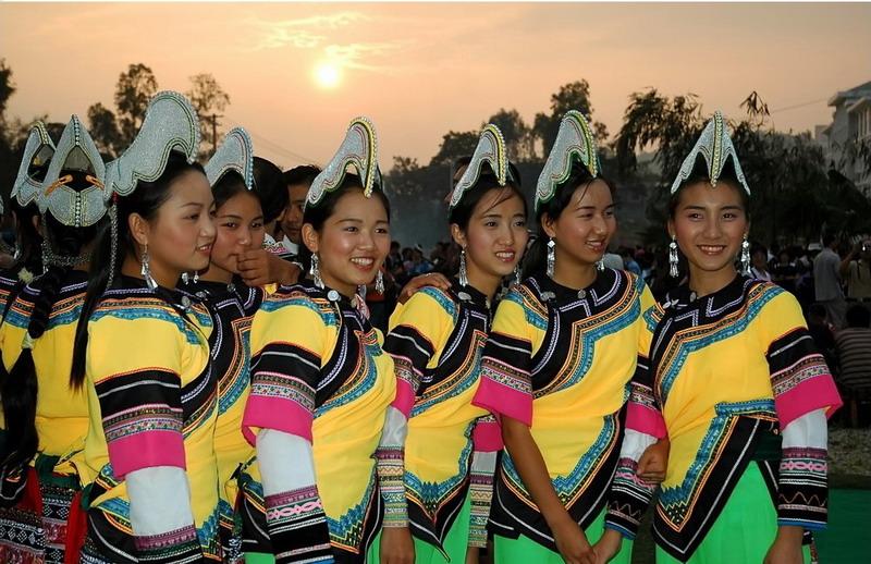 一年一度的哈尼族奕车民间传统节庆活动仰阿娜(在每年农历三月秧栽完后的第一个属猴日过),是世代居住在中国最美的乡村古镇云南红河县大羊街上的哈尼奕车人的节日。春耕结束时,青年男女相聚在孟子轰都山谈情说爱、参与各种休闲娱乐活动。这个节日的主体人群是奕车姑娘,因此,又称姑娘节。  (美丽的奕车姑娘) 每当山坡上杨梅熟透的初夏,繁忙的春耕栽插已经基本结束,梯田一片碧绿,禾苗随风荡漾,布谷鸟却仍在田边柳梢鸣啼不绝,好象在提醒人们不要贻误了农时。这时,居住在滇南红河一带的奕车青年,就要按照前辈沿袭下来的传统风