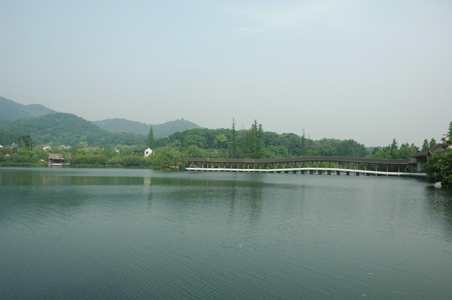如杨公堤,那里也有很多风景点,靠近北山路开始的有如杭州花圃,曲院