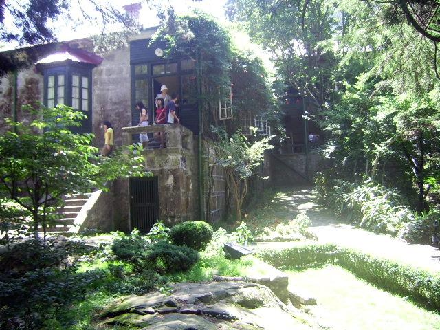 (庐山第一别墅-美庐) 这栋房子也许你并不陌生,在中国近代史上肯定少不了它的身影,因为当年它的主人特殊身份而格外引人注目,许多重大历史事件也在里上演过。 这栋外观并非很奢华的老别墅有一个很美丽的名字-美庐。庐山有很多有名的老别墅,唯独美庐是我国历史上国共两党最高领导人都居住过的别墅,也因此而蒙上几许神秘色彩,是到 庐山旅游的必游之地。  (美庐于1996年列入全国重点文物保护单位) 关于美庐的名字解释有几种说法:有人说是美丽的庐山,有人说是美丽的房子,有人说是美龄的房子。究竟为什么起名叫美庐,我想只有当