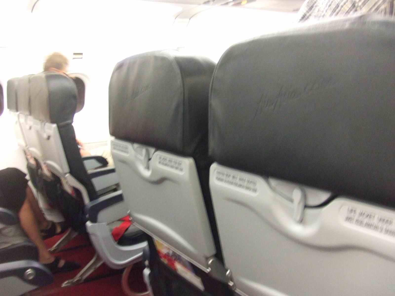 亚航x航班飞机的座位是2-4-2的,2个过道,座位的间距还行.
