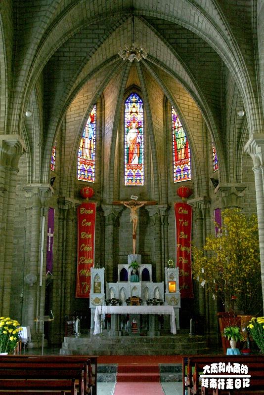 哥特式风格的芽庄大教堂坐落在一坐小山的山顶