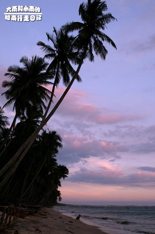 蜈支洲岛椰影银滩的海景,却不像蜈支洲岛珊瑚海沙碜脚,美奈的海沙是罕见的粉沙,沙如粉末;和临近的芽庄比,美奈拥有更干净的沙滩,充足的阳光,更重要的是,她是那么安静:当地人过着平实的生活,游客不多都很悠闲,相比之下,芽庄真的是大城市了。她那22公里的海岸线被沙滩连成一道弯月,大大小小的GUEST HOUSE都建在椰树掩影的海边,从OPEN BUS 下车,就可以直接走入旅馆,每家旅馆都可以直接走下海边,每家酒店面前都有一块海滩,很多客房躺着就可以看见大海,当潮退的时候走在沙滩回望这些酒店,又有另外一番惊叹的感