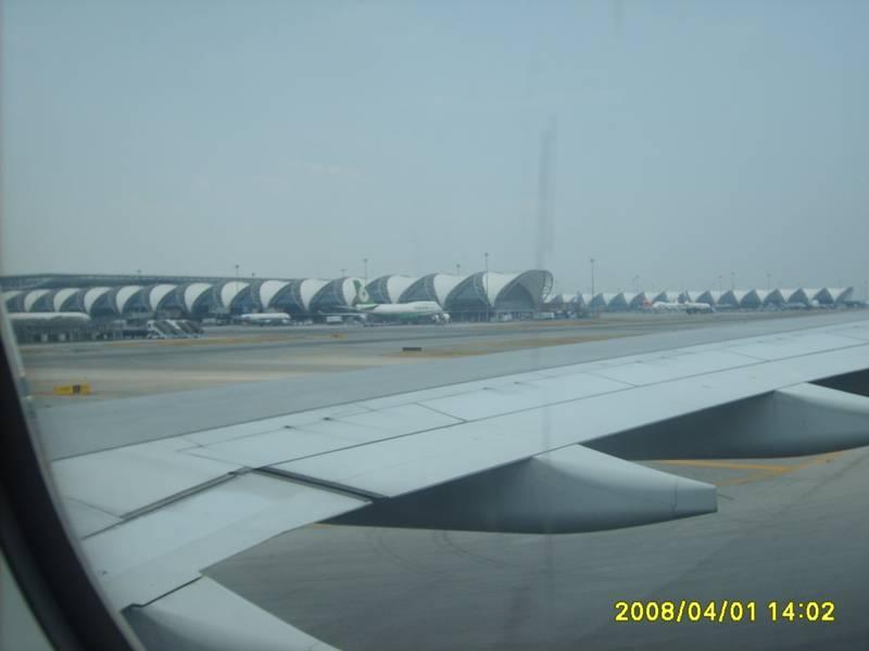 下飞机后沿着国内转机的标志走就可以了