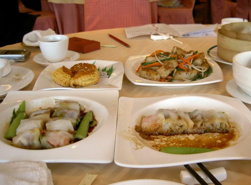 北京-广州-澳门-香港(美食篇) 广州和澳门确实是产美食的地方,确实也让我们大快朵颐了一下。我们一向认为,出动旅游尝尝当地的美食是旅行必不可少的经验和经历,也是挺让我心动和心喜的尝试。 广州是个美食的天堂,以我的眼光来看,在广州只要你的胃够大,每天吃上24小时都的吃、有地吃啊。一天吃上五顿:早茶、午饭、下午茶、晚饭和夜宵,花样翻新吃什么都有。在朋友的介绍下,我们吃了些大广州比较有名的小吃。 上九和下九是广州市比较老的街区(俗称上下九),这里既是购物区又是广州老牌美食店铺所在地。这里就介绍几个。 第一个是仁