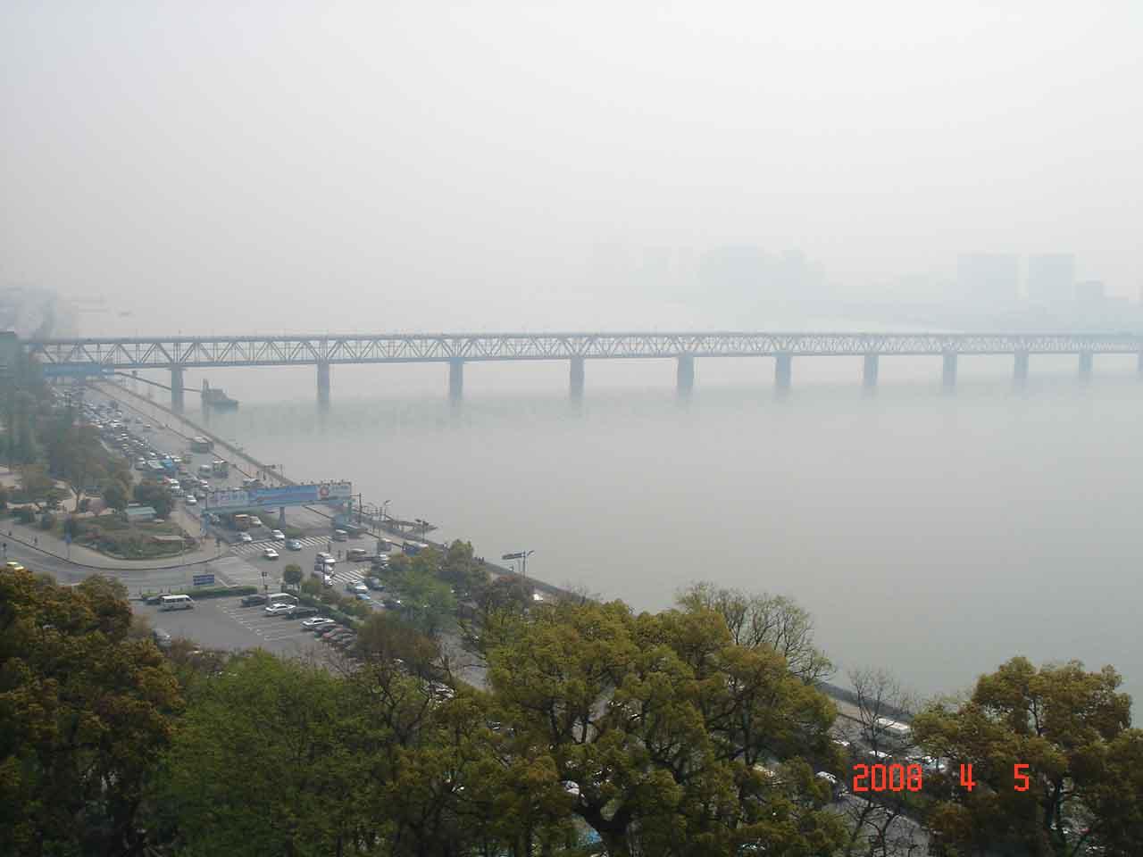 下雨天的杭州风景图片