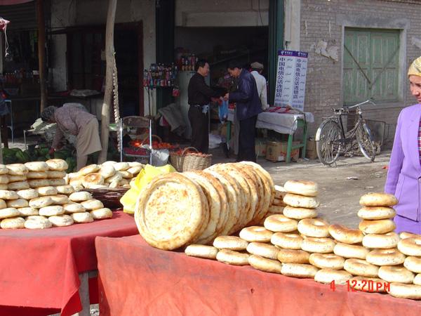 尤其在塔什库尔干的塔吉克族人家做客,民族兄弟端出自家烤制的馕,真正