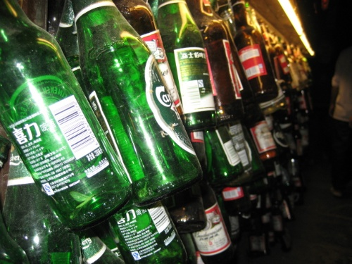 喝酒后的酒瓶_一人喝酒空啤酒瓶图片,酒吧喝酒,喝酒动漫_大山谷图库