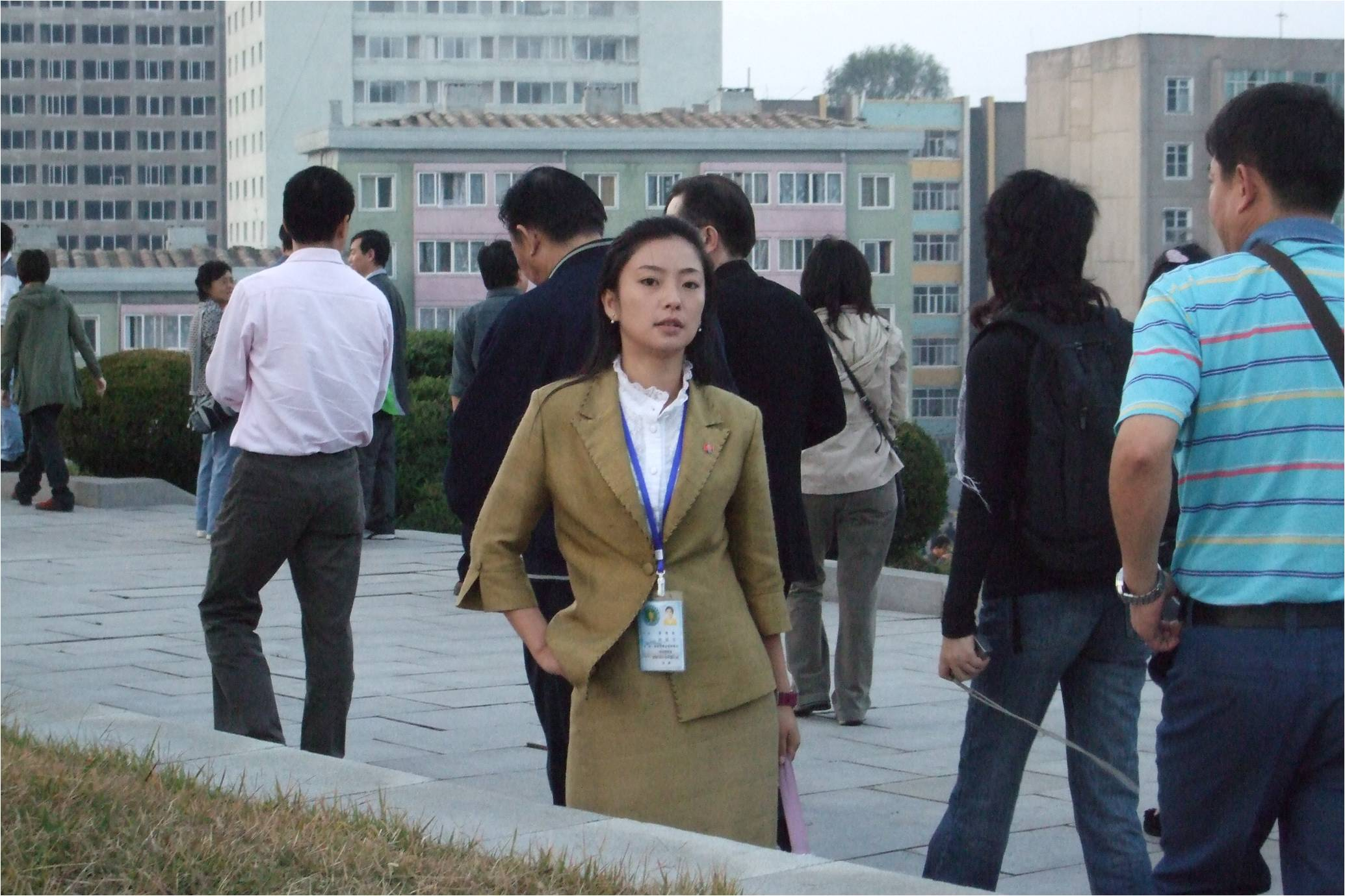 早有准备我们此行将会面对两个朝鲜,一个是堆在表面给你看的,一个藏在深处不让你知道的。但没料到几天下来我所感受到的两个朝鲜却是,男人的朝鲜和女人的朝鲜。 朝鲜的男人绝对符合我所有的预期,黑瘦的脸上深深的沟纹和收紧的腮帮,暗色的西装和棕色的金式夹克上永远象蒙着一层灰土,随时随地都配以直挺的身板和机械的步伐,基本上你看不到一丝男人的笑容。 男人的朝鲜是军事的朝鲜,是斗争的前沿。 而女人的朝鲜里,谢天谢地,女人仍然还是真正的女人,这让朝鲜多少还有些优美的线条。即便是在乡间,女性的元素都很明显,彩色的衣服印花的头巾