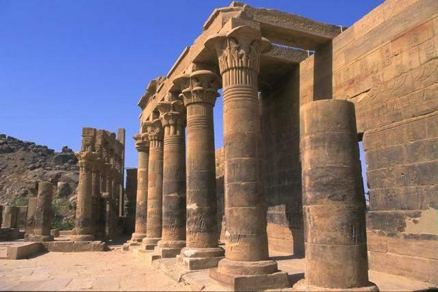 古埃及奴隶是借助畜力和滚木,把巨石运到建筑地点的,他们又将场地四周图片