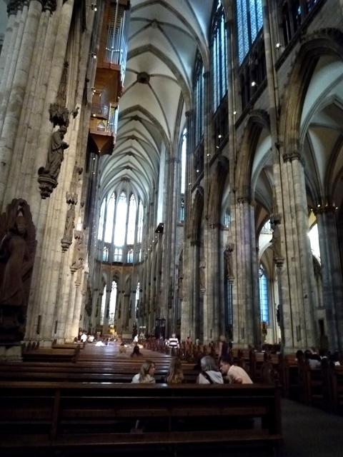 那窗上彩色玻璃画让人感到比巴黎圣母院的还要绚烂