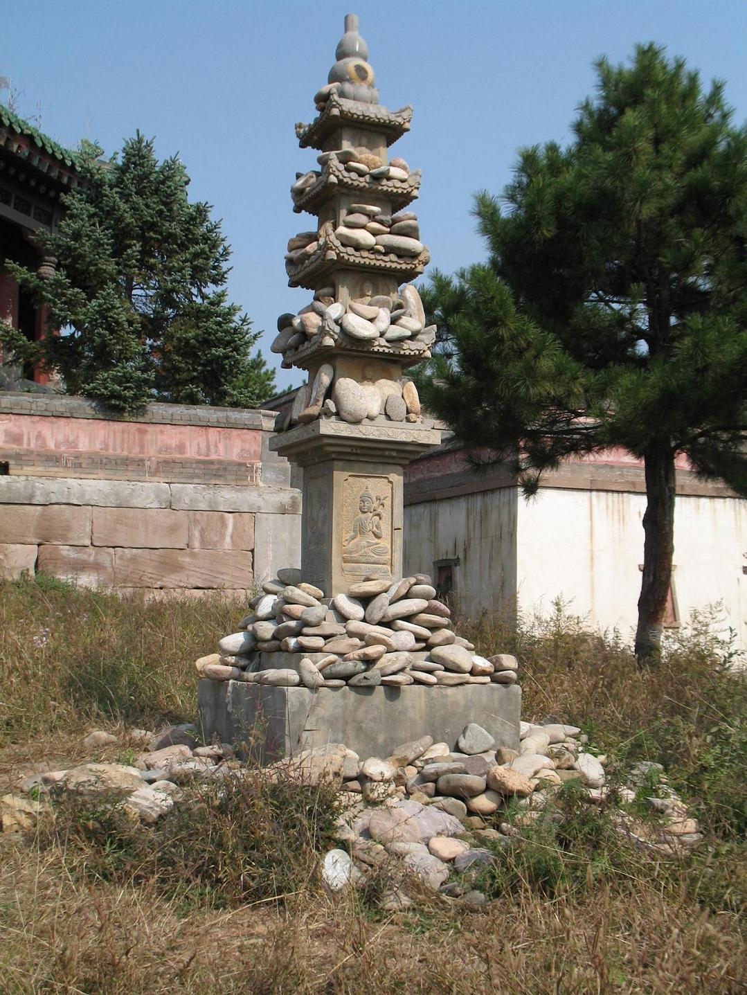 正中以石块砌成八角形塔心柱