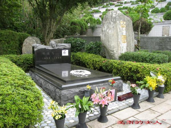 并将巨型琴键镶在墓园的地上