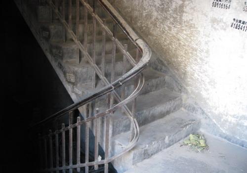 北京/铸铁栏杆楼梯、木扶手,在转弯处的美丽弧形。...