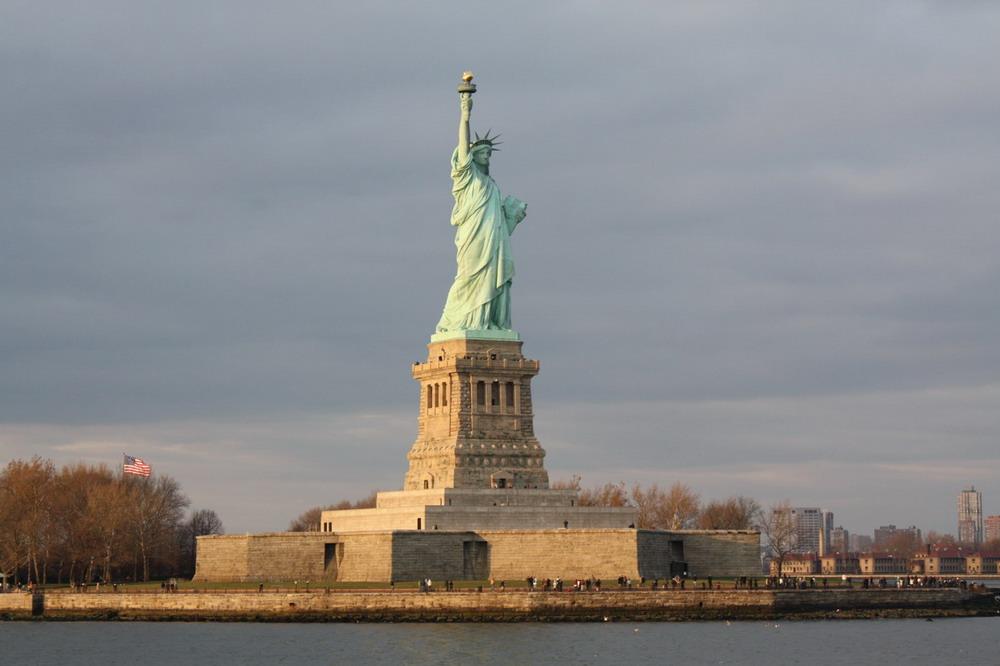 纽约世贸双子塔 广场雕塑