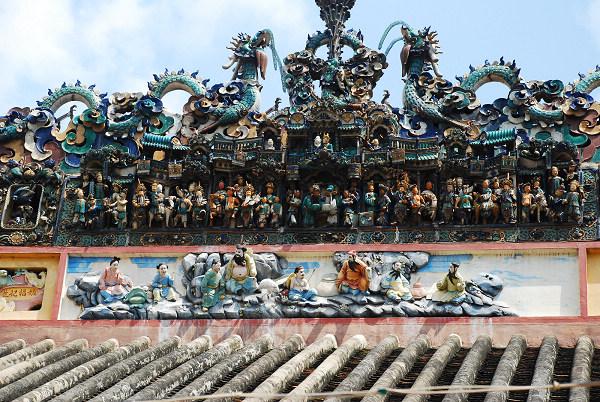 这些代表着华人富商为光耀门宗或兴起中华儿女精神的建筑和习俗,暗含