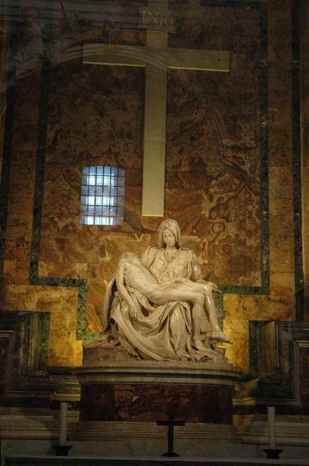 (教堂内米开朗基罗雕塑的《哀悼耶稣》塑像)