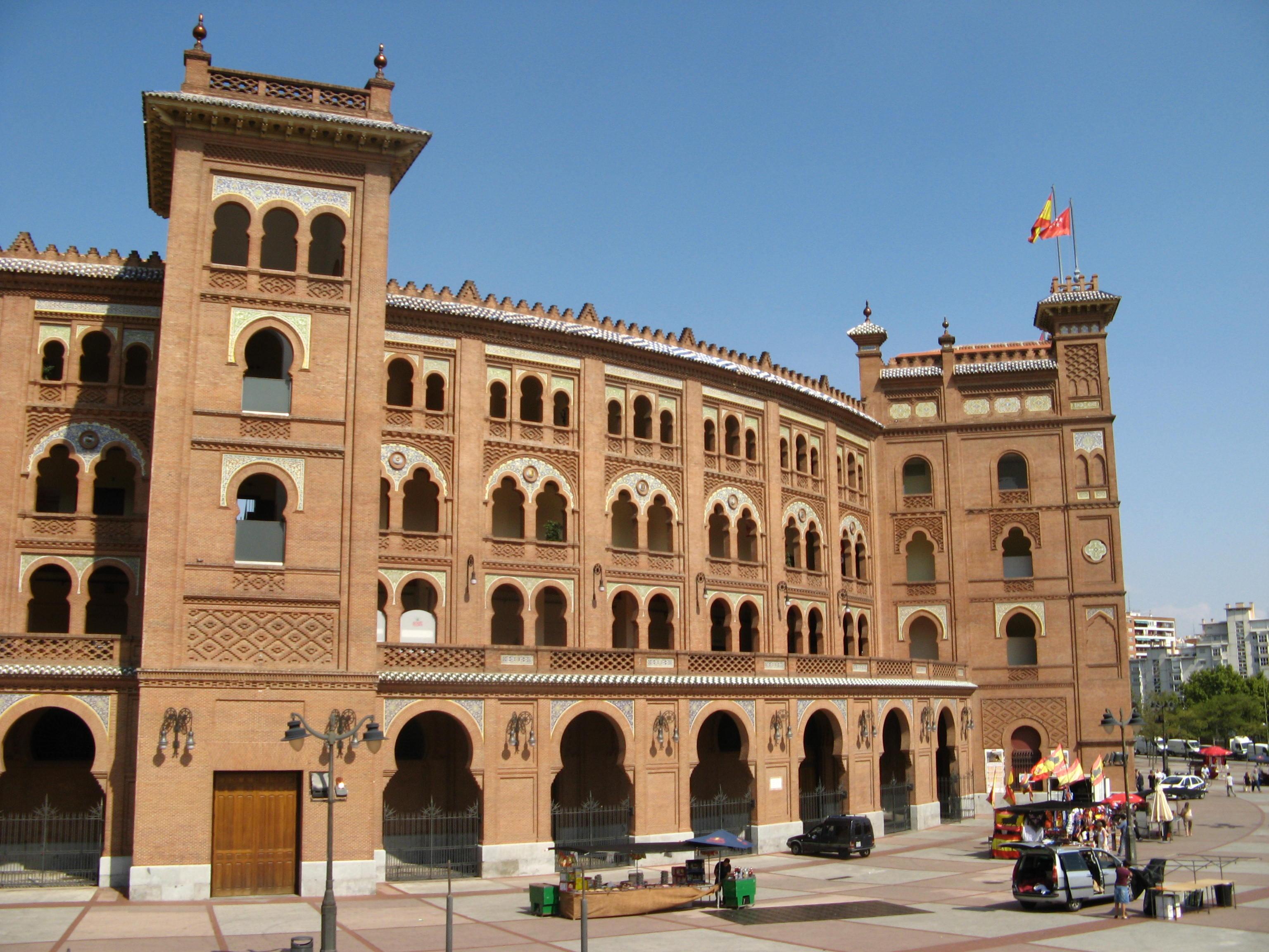 普拉多美术馆参观记 2009年9月27日中午,由西班牙南部回马德里。下午半天空闲,导游带我们在马德里参观游览,先去著名的斗牛场,这座红砖建筑是上世纪建筑师乔西艾斯帕留(Jose Espeliu)设,1929年修建完工,1931年6月正式举行了斗牛场的揭幕仪式。拉斯维塔斯斗牛场从设计到修建都呈现出莫扎勒布风格,这种建筑风格是伊斯兰风格和西班牙传统的结合,据说这种类型的建筑始于15世纪摩尔南部伊斯兰流亡建筑师和手工艺者。莫扎勒布建筑风格的特点包括有马蹄铁形的拱门和有棱纹的圆顶。仔细观察斗牛场的建筑,的确感到这