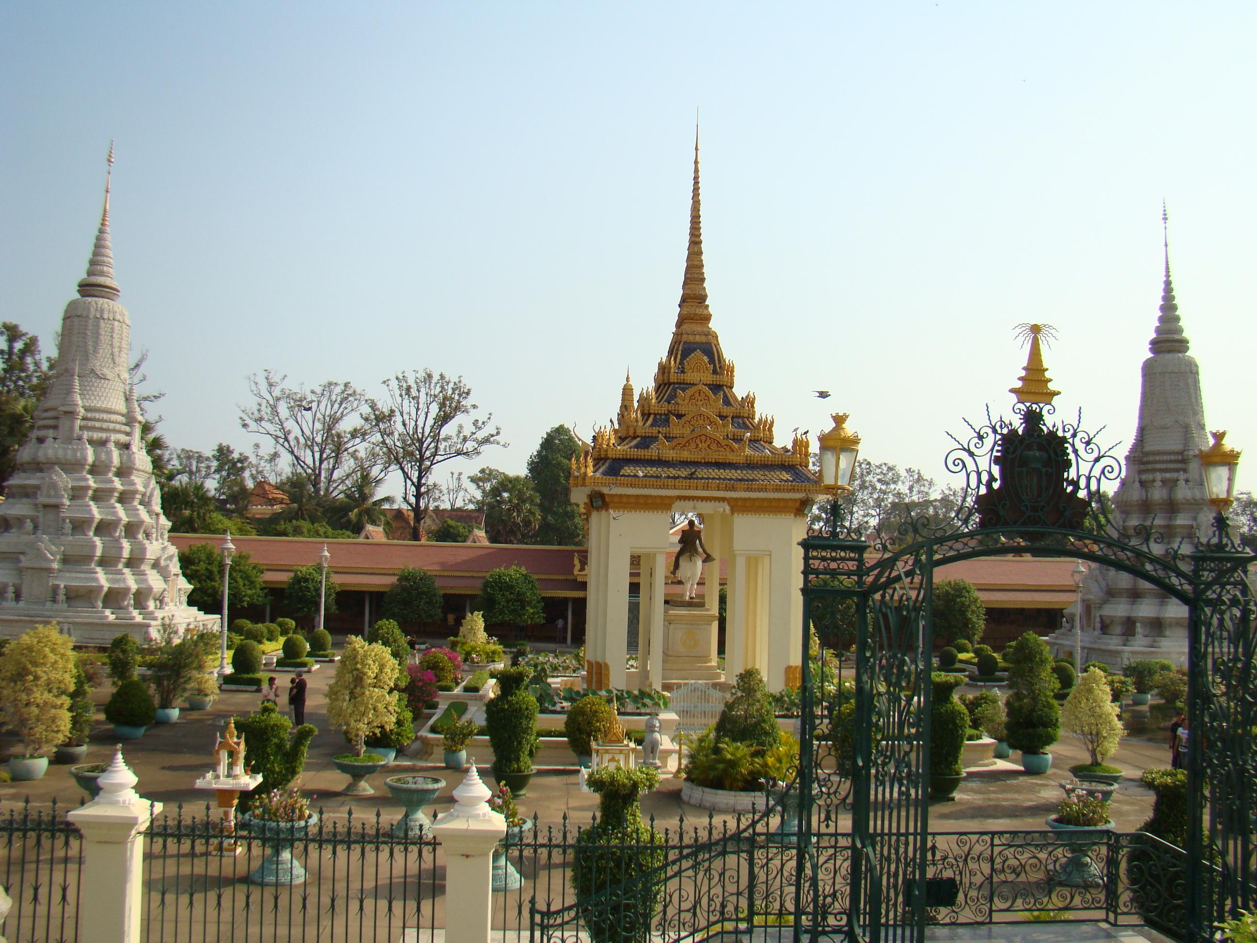 滿臉笑容的西哈努克親王、美麗動人的莫尼克公主、神秘的吳哥窟、紅色高棉、古墓麗影、花樣年華將這一系列散落的拼圖有機地拼合在一起,這就是我們此次寧靜之旅的目的地美麗的柬埔寨。 第一天:養在深閨無人識的金邊 由于北京沒有直飛吳哥的航班,所以我們通過金邊進入了柬埔寨。金邊機場很小,可能還沒有中國普通的省會城市的機場大,但是很干凈很有序,這是柬埔寨給我留下的第一印象,也是縱貫此次旅行始終的好印象。 在金邊住了一晚,本想第二天一早乘坐大巴直奔暹粒(吳哥),但在司機如果王宮都不去,柬埔寨不是白來了這一番話