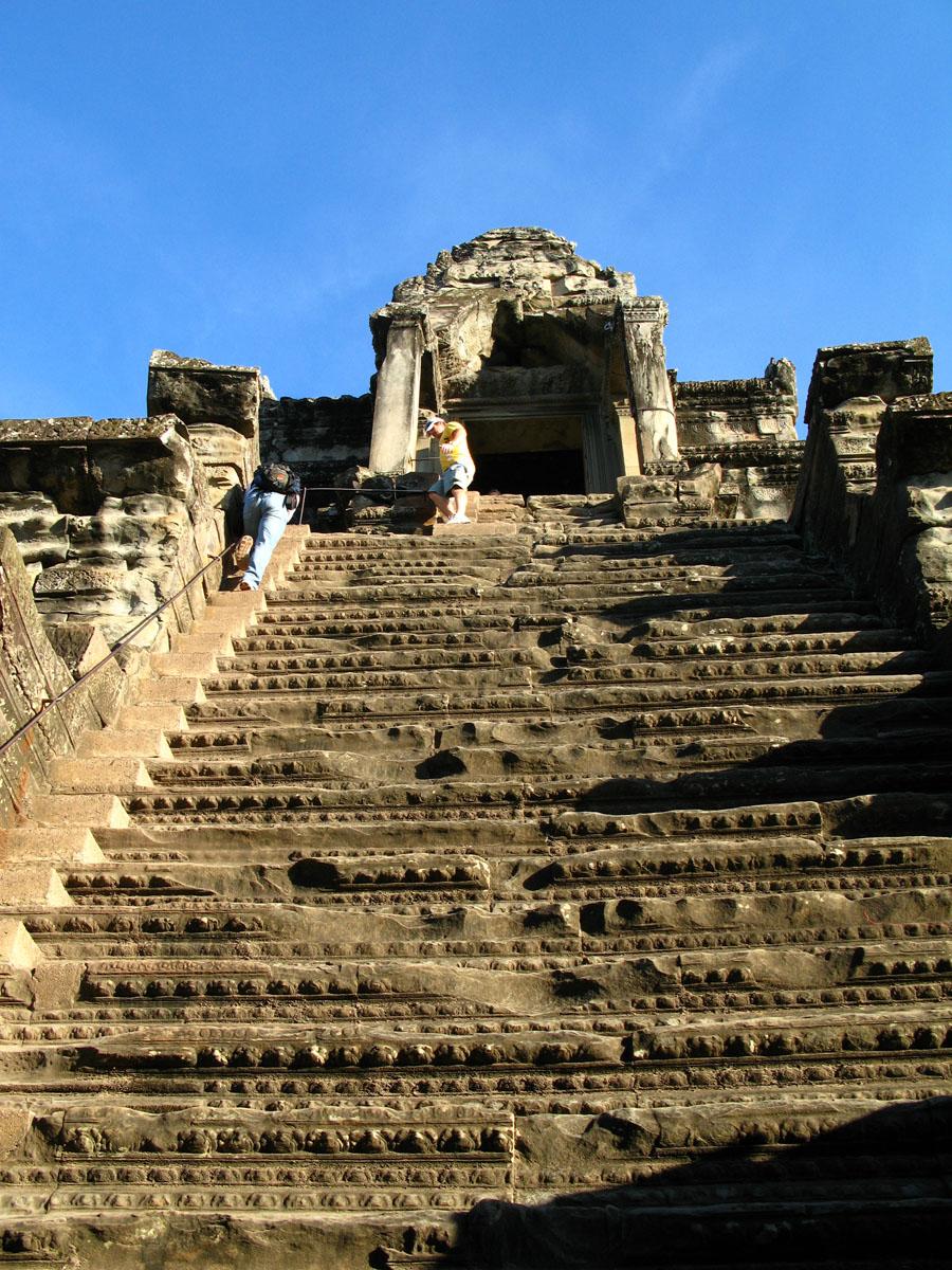 吴哥寺介绍 Ankor Wat意为城市寺庙,始建于公元12世纪早期,由当时的高棉王朝君主苏里耶曼二世(Suryavarman II)主持兴建。吴哥寺从名字来看,不仅仅是一座庙宇,同时也是一个城市。实际情况也是如此,当时这里是供奉毗湿奴(Vishnu)的国家庙宇,也是都城。 吴哥寺最外是环绕一周的护城河,护城河宽190米,将其自身面积计算在内的话,其环绕的面积有200公顷,东西长1。5公里,南北宽1.