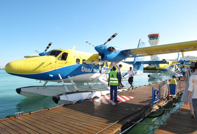 (坐上这黄蓝相间的水上飞机开始了一段梦幻旅程.)