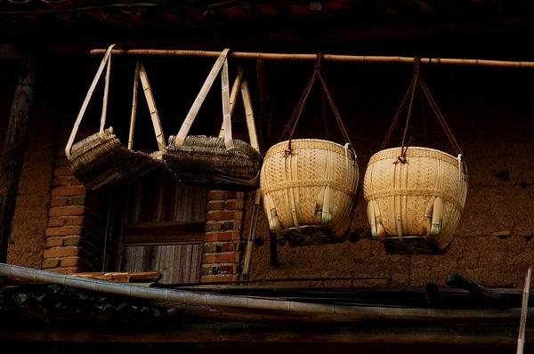 (廿八都居民家门口的农具)图片