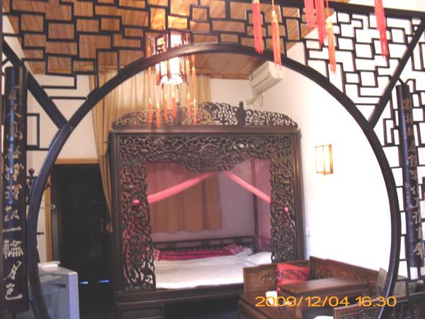 一间有着清朝时代红木雕花床的房间-东厢房